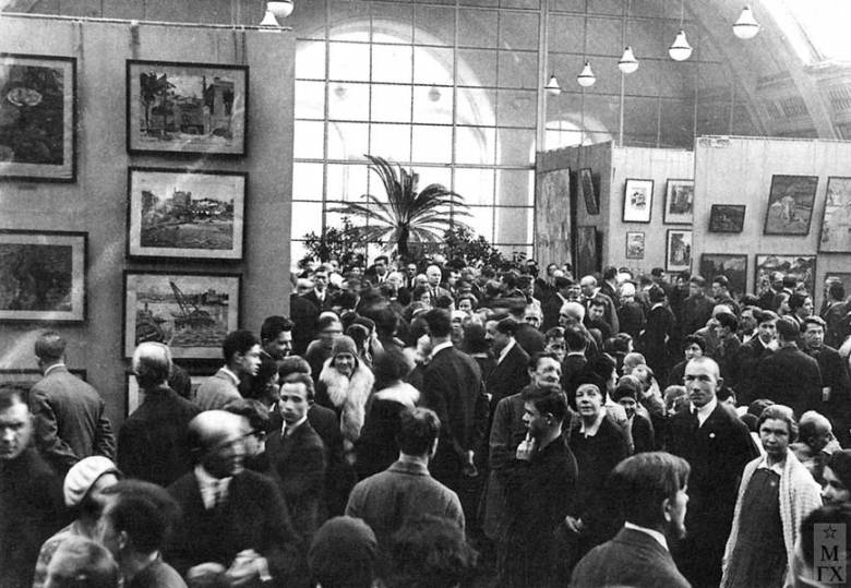 http://lentulov.ucoz.org/foto/24na_vystavke_a-lentulova-moskva-1933_g..jpg